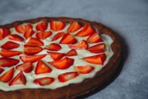 תותים על עוגת גבינה