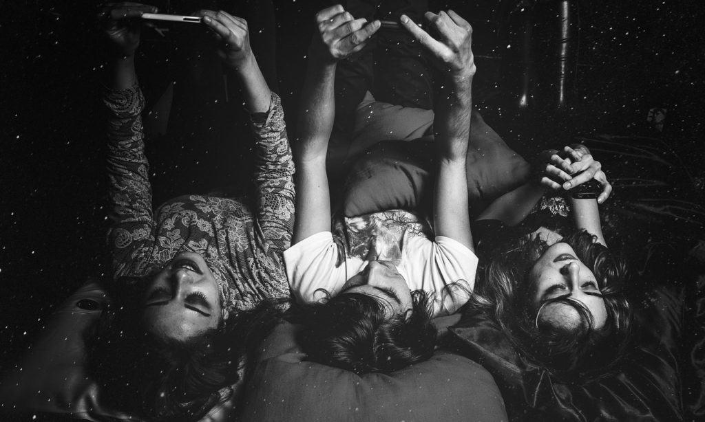 3 בנות שוכבות במיטה