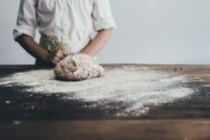 טבח עושה בצק