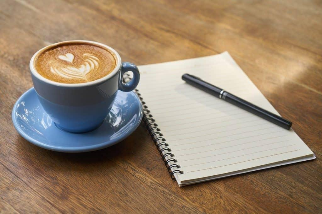 עט מכתב וכוס קפה